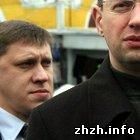 В Житомире три охранника Яценюка сломали ножку рояля в библиотеке