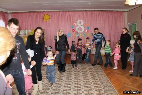 Украинские волонтеры помогают детям Житомирской области. ФОТО