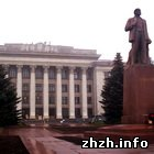 Житомир: В Житомире начался демонтаж герба Советской Украины с бывшего обкома. ФОТО