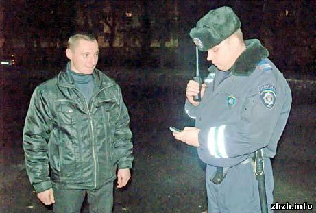 В Житомире сотрудники ППС проверяют у прохожих мобильные телефоны.