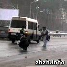 Происшествия: На трассе Житомир-Киев пассажирский микроавтобус догнал «семерку». ФОТО