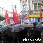 Политика: Коммунисты и националисты митингуют у стен Житомирского горсовета. ФОТО