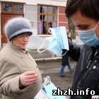 Житомир: В Житомире прохожим бесплатно раздают по две марлевые повязки. ФОТО
