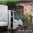 Происшествия: В Житомирской области грузовик сбив забор въехал прямо в частный дом. ФОТО