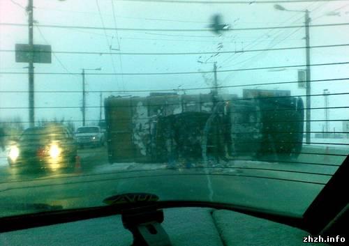 Сміттєвоз у Житомирі перекинувся