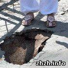 В Житомирський області на мосту дівчина провалилася у дірку. ФОТО