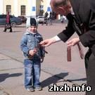 В Житомире бесплатно раздают «георгиевские ленточки». ФОТО