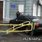 Иномарка влетела в здание Житомирского горсовета. ФОТО