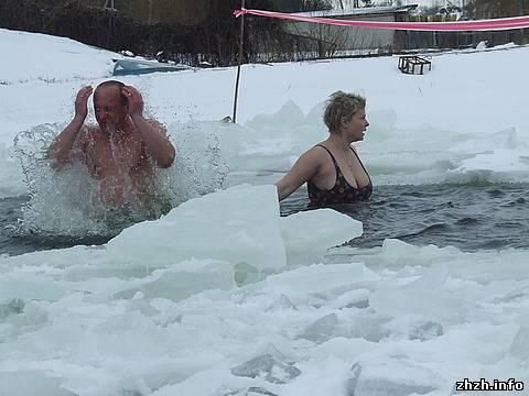 В Житомирском гидропарке Крещенье отметили купанием в проруби. ФОТО