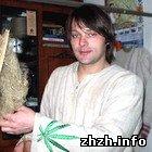 Олег Земнухов з Житомира продає взуття з конопель. ФОТО