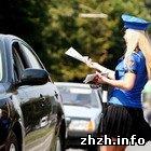 Девушки в форме ГАИ раздают на улицах Житомира буклеты