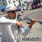 Культура: В Житомир, всего на день, приехал уличный скрипач Андрей Петров. ФОТО