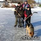 Спорт: В Новоград-Волынском активисты залили каток и проводят соревнования по хоккею. ФОТО