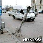 Происшествия: Пьяный водитель иномарки снёс фонарный столб в Житомире