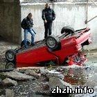 В Бердичеве, иномарка перелетев ограждения, упала в реку Гнилопять. ФОТО