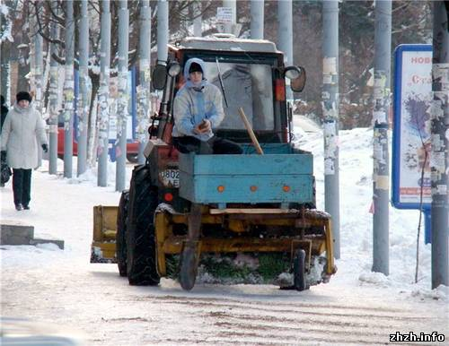 """""""Механизированная"""" установка посыпки песком скользких тротуаров в Житомире"""