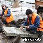 Житомир: В Житомире меняют железные канализационные люки на полимерные. ФОТО