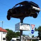 У Житомирській області упродовж доріг встановили розбиті машини