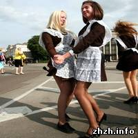 В центре Житомира танцевали выпускницы. ФОТО