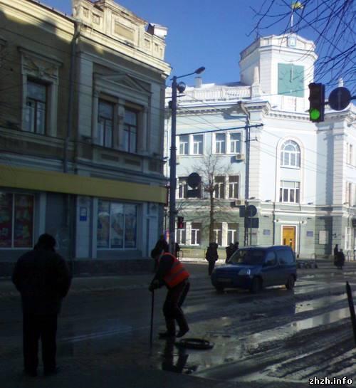 В Житомире рядом с мэрией прорвало трубу с горячей водой