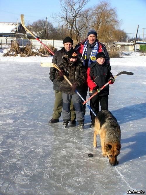 В Новоград-Волынском активисты залили каток и проводят соревнования по хоккею. ФОТО