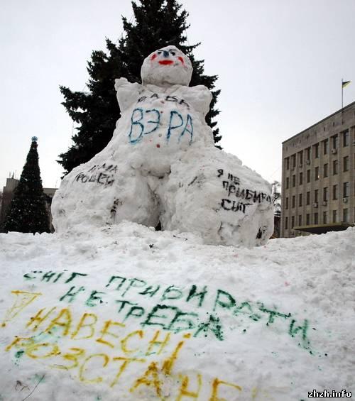 """В Житомире из снега вылепили """"Бабу Веру"""""""